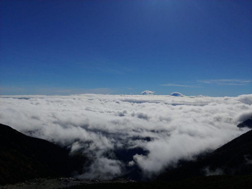 朝8時半の窓からの景色🍁 富士山が隠れ始めました!