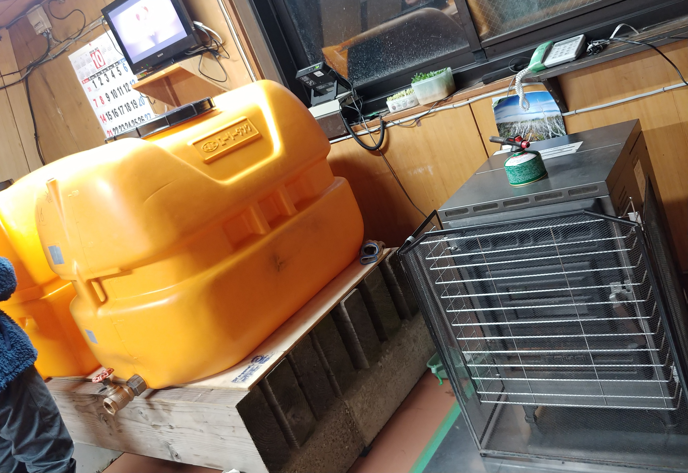 水のタンクやペレット(暖房)が搬入されました❗