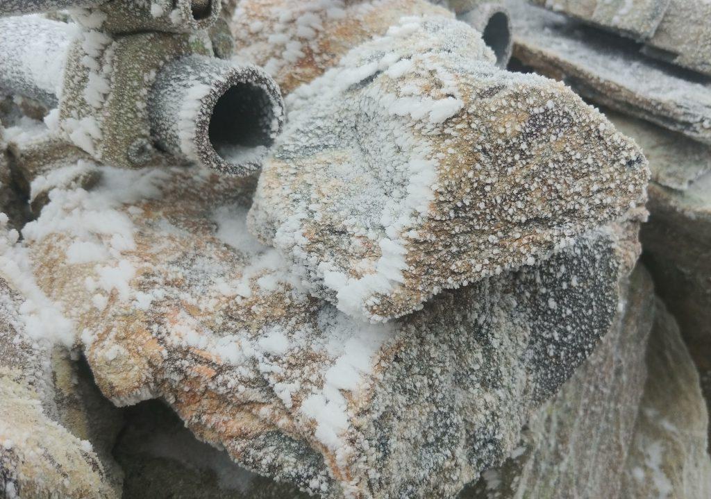 塀の岩も冷え冷え☃️✨